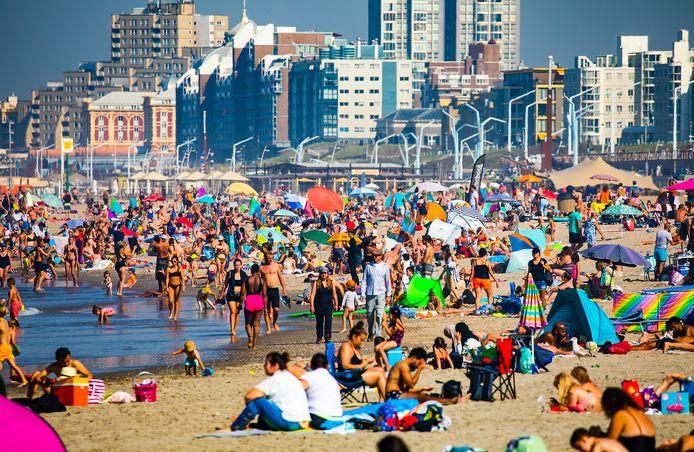Op de warmste septemberdag ooit gemeten, tevens de warmste Prinsjesdag, is het strand in Scheveningen bomvol.