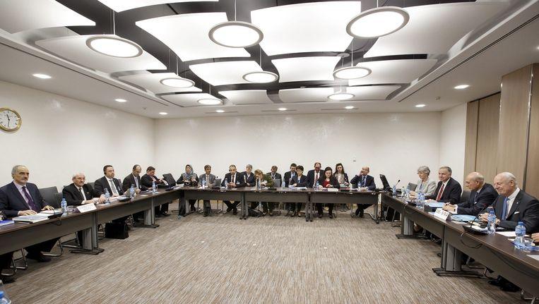 In Gèneve: uiterst rechts Staffan De Mistura (VN), uiterst links Bashar al-Jaafari (Syrië). Beeld epa