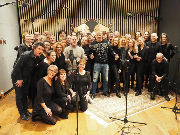 De Tilburgse zangers van AkoorT met dj Paul Elstak en rapper Jebroer.