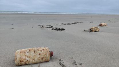 Meer dan duizend bidons motorolie spoelen na meer dan halve eeuw op de zeebodem aan door storm Odette
