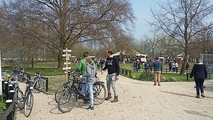 Mede-organisator Jan-Willem 't Hooft spreekt met bezoekers.