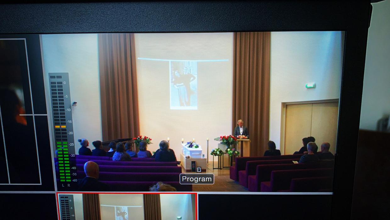 Hij filmde altijd evenementen, maar ja die zijn er niet meer, dus filmt Dirk Kemmer nu uitvaarten. Zo kunnen nabestaanden toch een uitvaart bijwonen. Deze beelden zijn van de crematie van Nol Rosendaal-Tacke (1928 - 2020), Zutphen, 27 maart 2020.