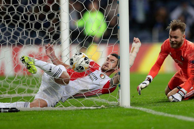 Feyenoorders Marcos Senesi en Nick Marsman slagen er niet in de bal uit het net te houden. Beeld AP