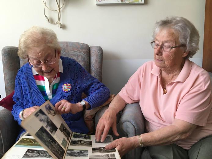 De Engelse Vera Cannell (rechts) en Tilburgse Riki van Bavel halen herinneringen op.