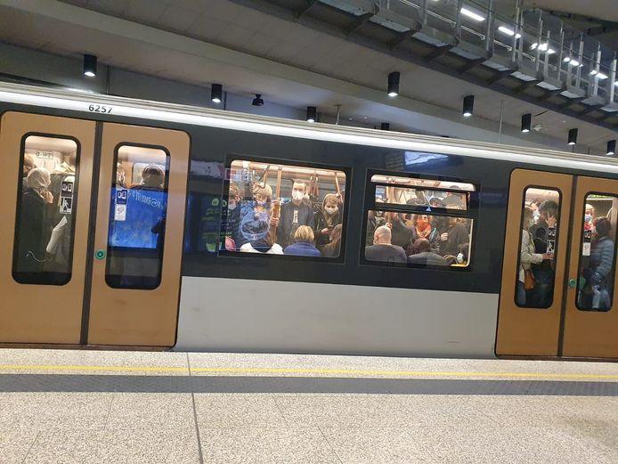 Metrolijn 1 rijdt aan een lagere frequentie, waardoor passagiers tegen elkaar gepakt staan.