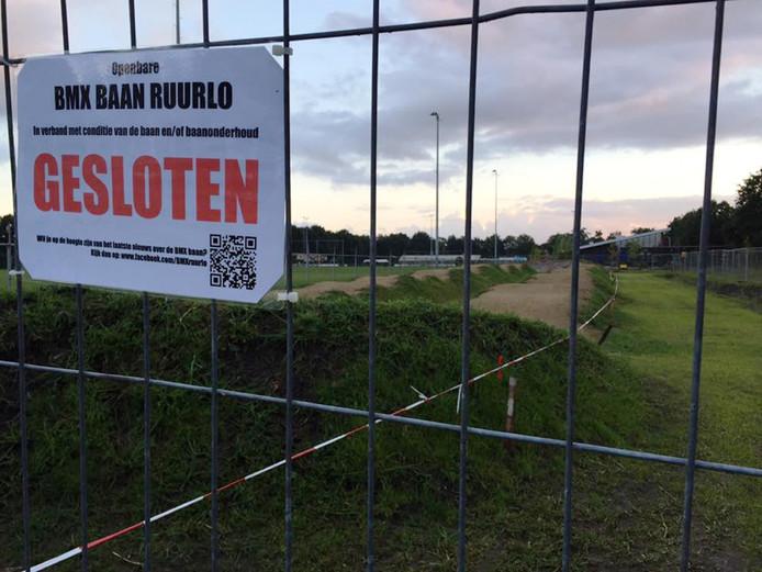 Op de hekken wordt gemeld dat de Ruurlose fietscrossbaan tijdelijk dichtzit.