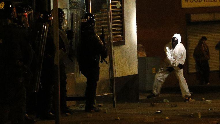 Een relschopper in Belfast stuit op de politie. Beeld AP