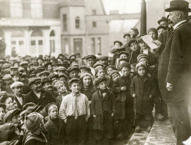 Burgemeester K. ter Laan kondigt in 1917 in Zaandam een nieuwe Grondwet aan. Beeld Hollandse Hoogte.