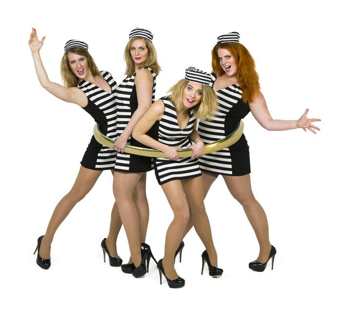 De vier dames van LOS Muziektheater naderen de dertig en stellen zichzelf allerlei levensvragen in de komedie VAST.