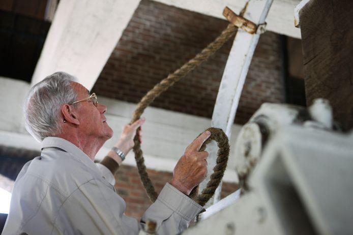 Nol Frishert maakt zich op om de klok te luiden in de Bredase toren