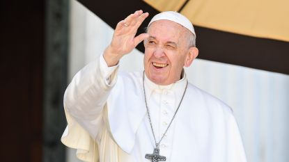 Opmerkelijke beelden: paus trekt hand terug wanneer gelovigen zijn ring willen kussen