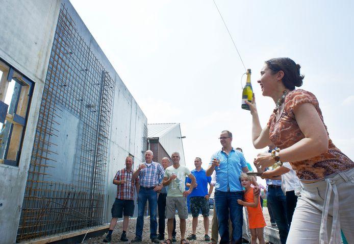 In 2015 was het nog groot feest bij de start van Terramass. Gedeputeerde Anne-Marie Spierings gooide er een fles champagne tegenaan.