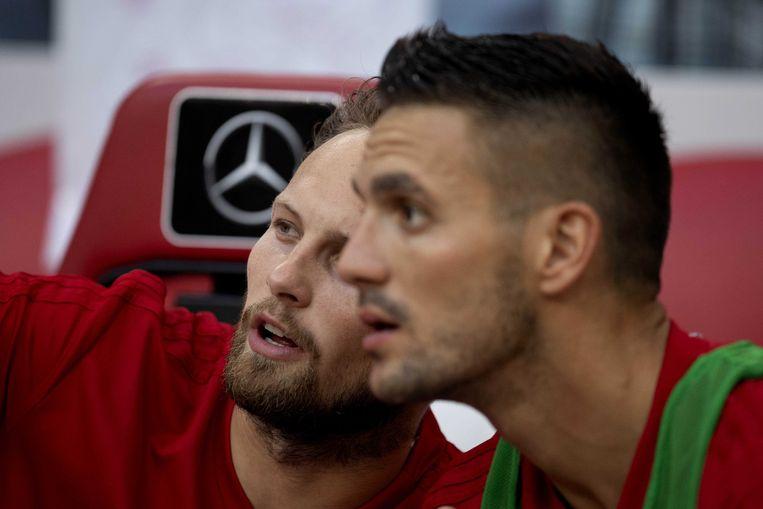 Daley Blind en Dusan Tadic, de grote Ajax-aankopen van deze zomer, op de bank tegen Sturm Graz. Beeld ANP
