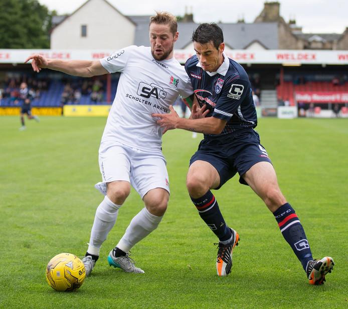NEC-verdediger Rens van Eijden (links) duelleert met Brian Graham van Ross County.