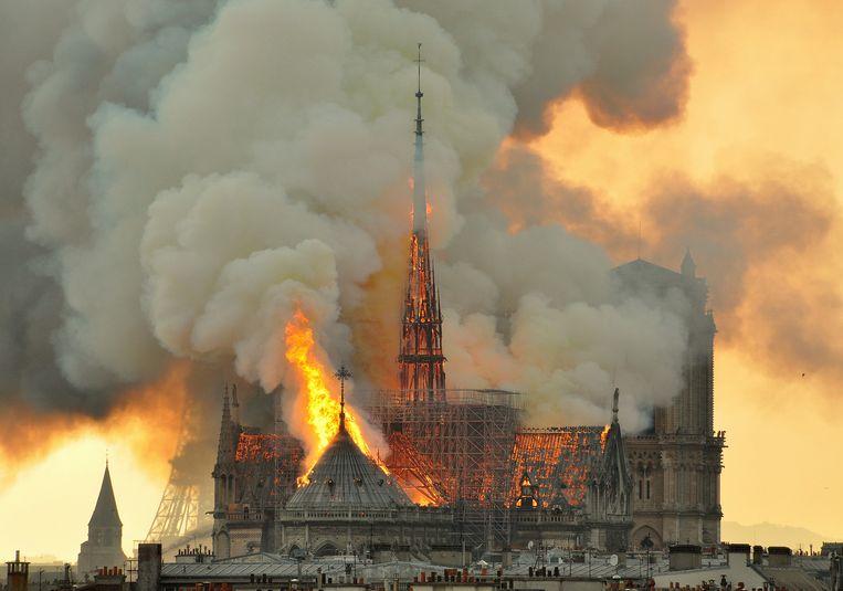 De torenspits van de Notre-Dame is volledig ingestort door de brand.