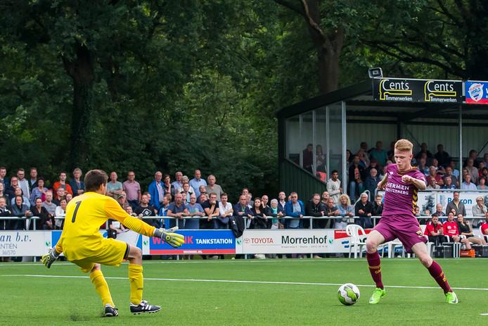 GA Eagles speler Givan Werkhoven (r) probeert de keeper van het Sallands streekteam te passeren (foto archief)