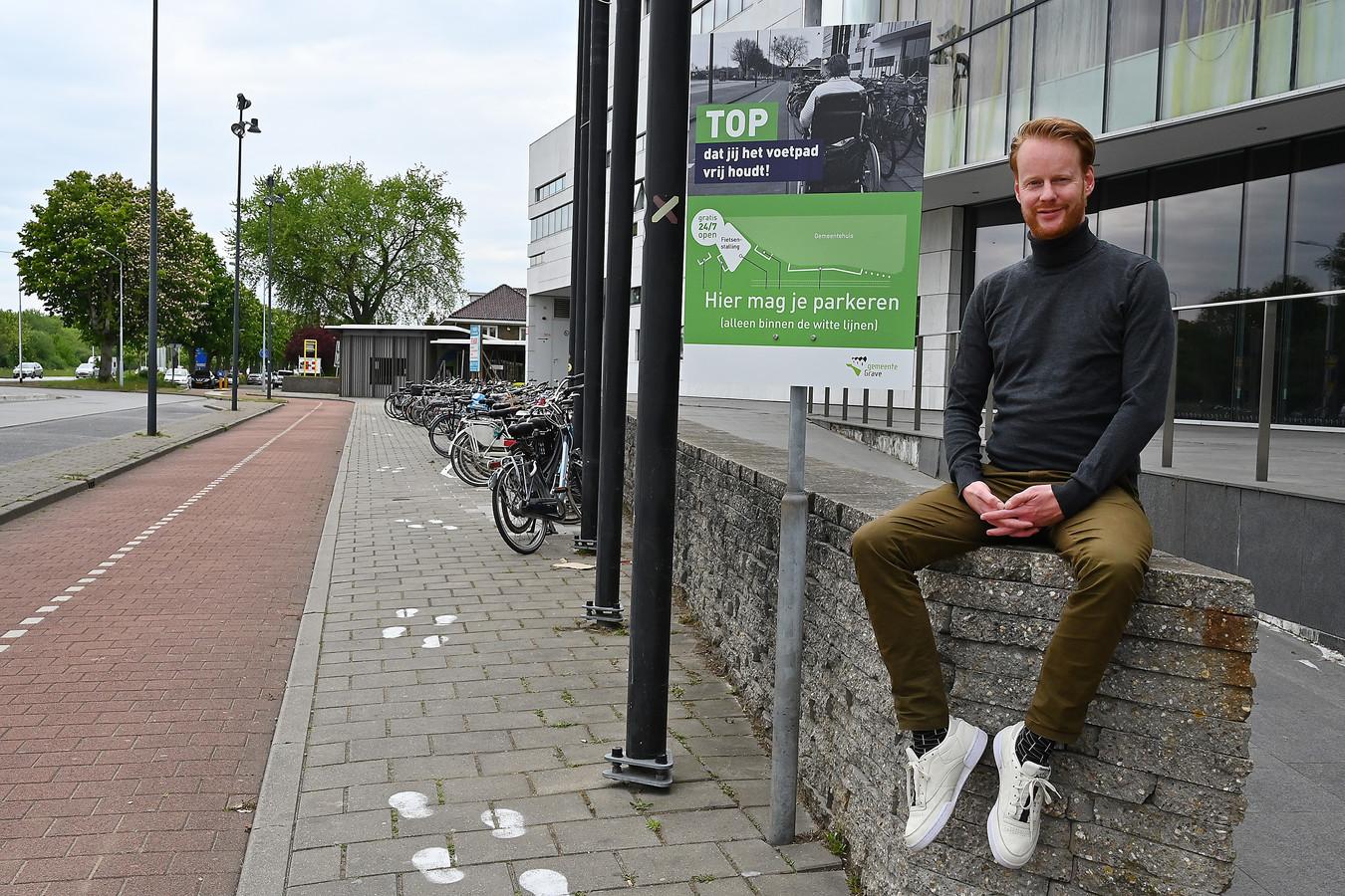 Frank Marcellis bij de door hem bedachte oplossing voor het fietsenprobleem bij het stadhuis in Grave.