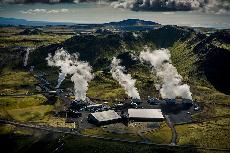 Hellisheidi Power Plant in IJsland, waar met filters van de Zwitserse onderneming Climeworks CO2 uit de lucht wordt gehaald.