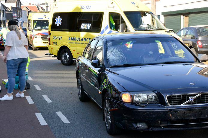 De weg blijft afgesloten na het ongeval waarbij een scooterrijder gewond raakte.