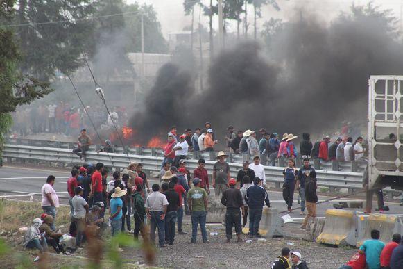 Dorpsbewoners blokkeerden gisteren de snelweg uit protest tegen de schietpartij van woensdag.