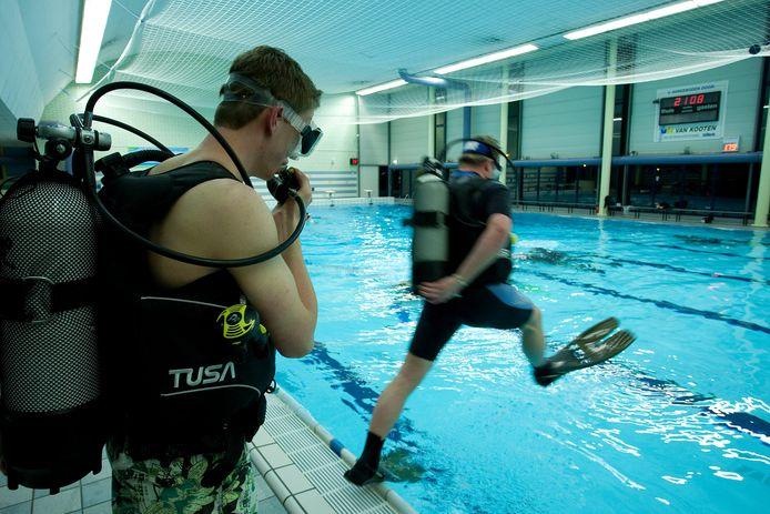 Duikers oefenen in zwembad het Sportpark. Als het nieuwe bad maximaal 2 meter diep wordt, dan is dat  'niet diep genoeg' voor de Almelose duikverenigingen.