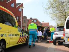 Scooterrijdster knalt tegen portier taxibusje in Amersfoort