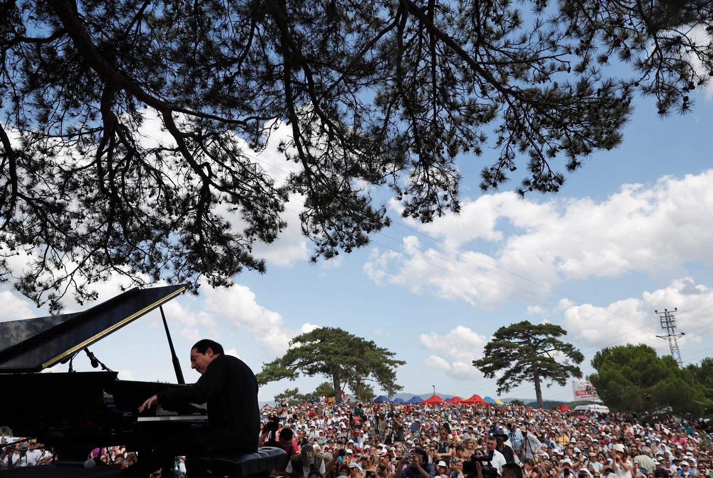 De Turkse pianist Fazil Say plays tijdens het concert bij Kirazli in de provincie Çanakkale.