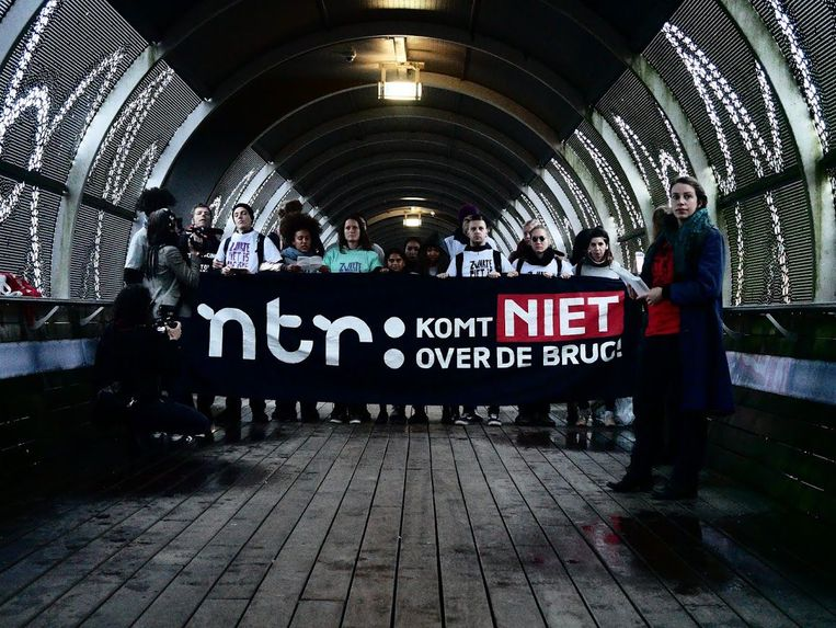 Tegenstanders van Zwarte Piet blokeerden gisteren een uur een wandelbrug in Hilversum, waar de tv-studio's zijn gelegen waar het kinderprogramma Sinterklaasjournaal wordt opgenomen.