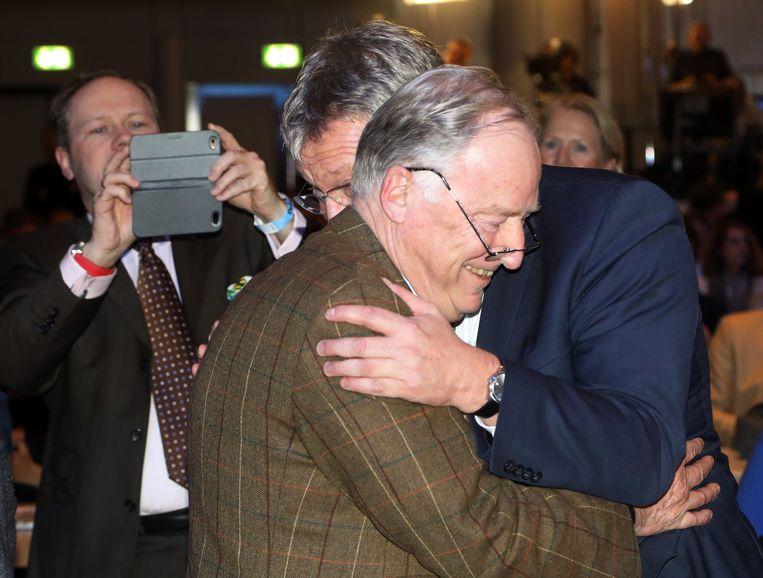 AfD-voorzitter Jörg Meuthen (rechts) feliciteert Alexander Gauland (links) met zijn benoeming tot mede-partijvoorzitter. Gauland is het boegbeeld van de conservatief-nationalistische vleugel van de AfD. Beeld EPA