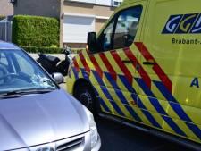 Brommerrijder verleent geen voorrang en belandt op voorruit van auto in Helmond