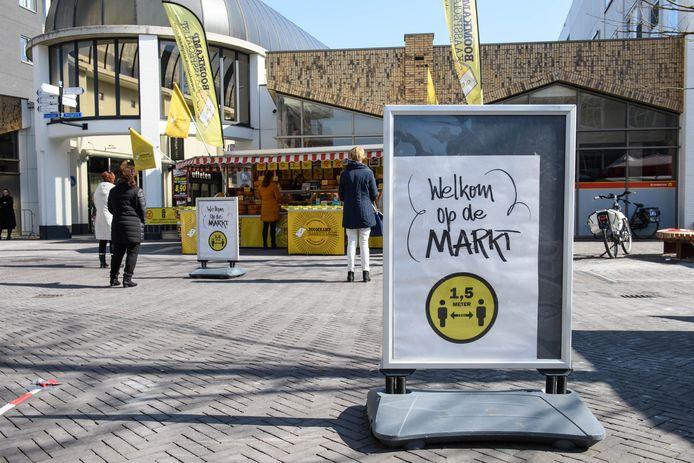 Er gelden strenge regels voor bezoekers en handelaren op de Almelose markt.