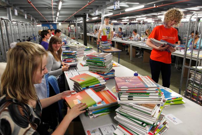 Jongeren tijdens hun vakantiebaantje bij Van Dijk Educatie in Kampen. (archieffoto)