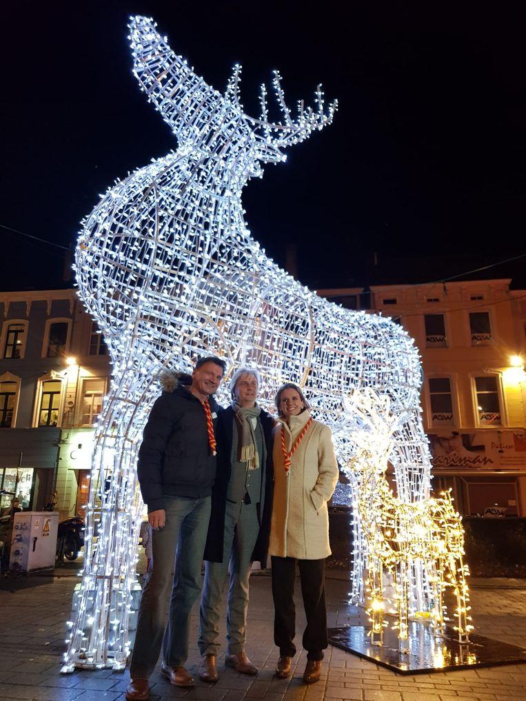 Eindejaarsverlichting: Sofie Bracke mocht de lichtgevende herten op Ledebergplein aansteken. Naast haar de opperdeken en de deken van Ledeberg