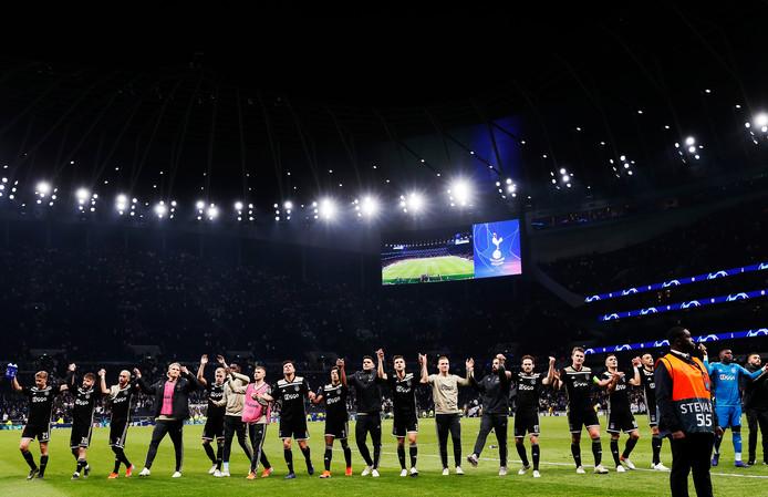 Ajax bedankt de fans na de 0-1 winst op Tottenham, vorige week.