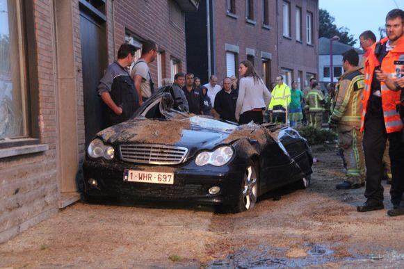 De vrachtwagen kantelde op een geparkeerde Mercedes.