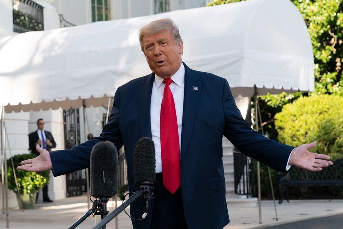 De Amerikaanse president Trump staat de pers te woord voor het Witte Huis.