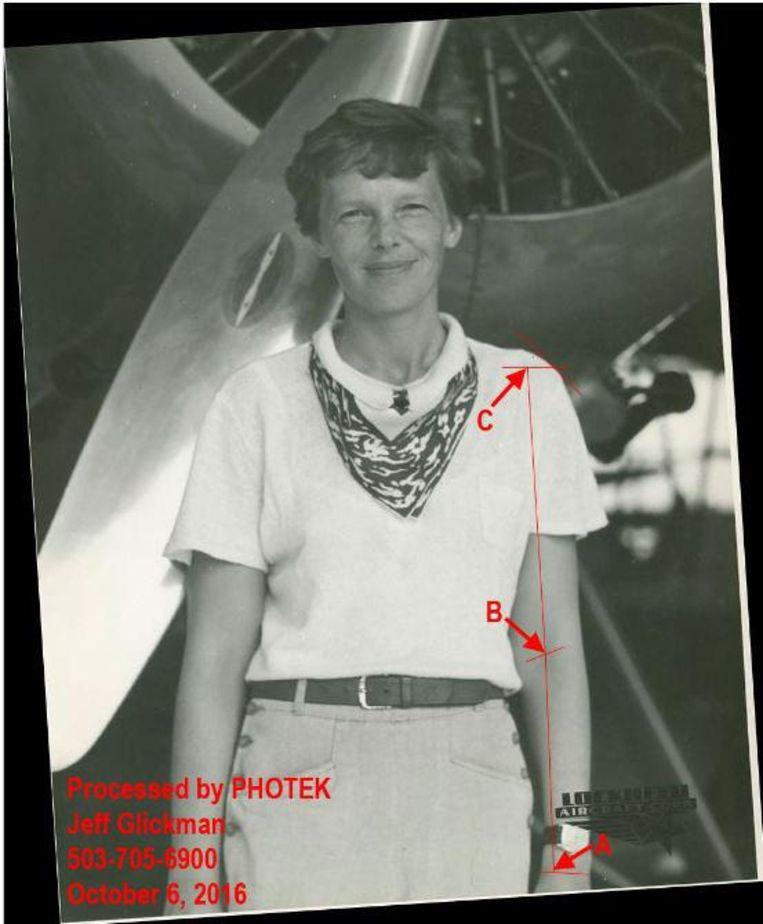 De foto die gebruikt werd om aan te tonen dat het gevonden stoffelijk overschot wel degelijk van Amelia Earhart zou kunnen zijn.