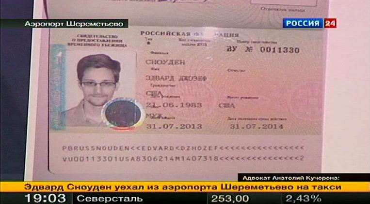 Het nieuwe paspoort van Snowden. Beeld REUTERS