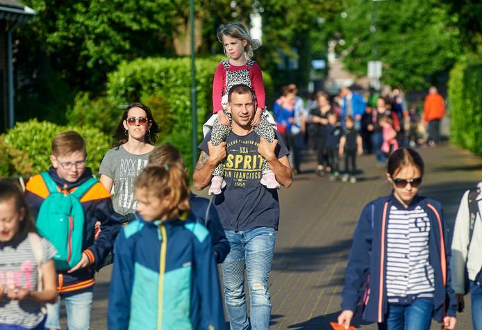 Vier dagen wandelen voor een medaille: in Zeeland is de avondvierdaagse dinsdag begonnen.