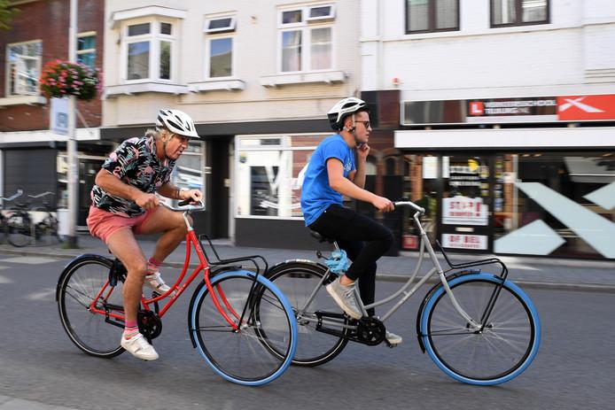 Ronde van Korvel in Tilburg. Het leukste aan het wielerspektakel is de NK swapfiets. Een wedstrijd voor swapfietsers (gehuurde fietsen met blauwe voorband). Peter, Peerke, Hessels in de achtervolging tijdens dit blauwe banden festijn.