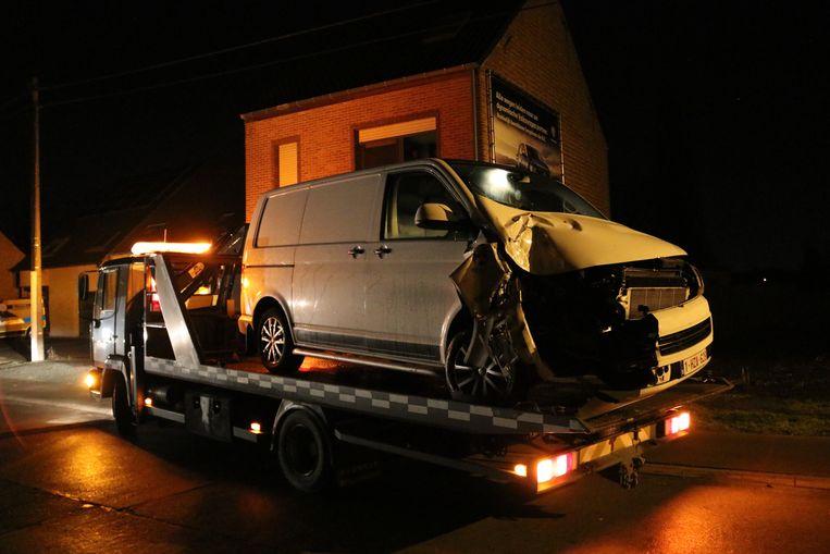 Een bestelwagen knalde een tijdje geleden tegen een geparkeerde oplegger in de Kalkenstraat. Dat gebeurde een paar weken geleden nog al eens. N-VA wil een parkeerverbod.