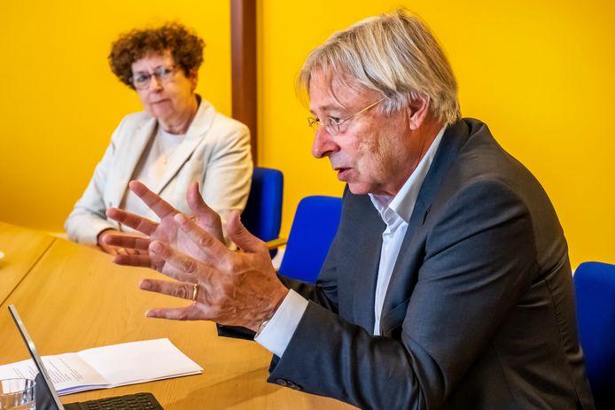 Interim-burgemeester van Utrecht Peter den Oudsten in gesprek met de Utrechtse GGD-baas Nicolette Rigter.