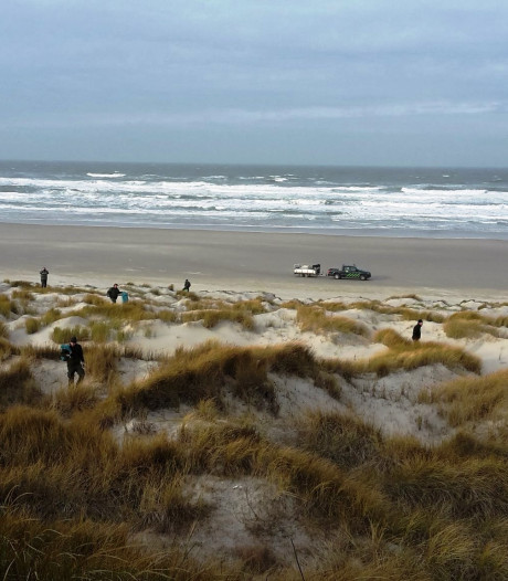 Flevolandse boswachters ruimen op Vlieland aangespoelde troep op