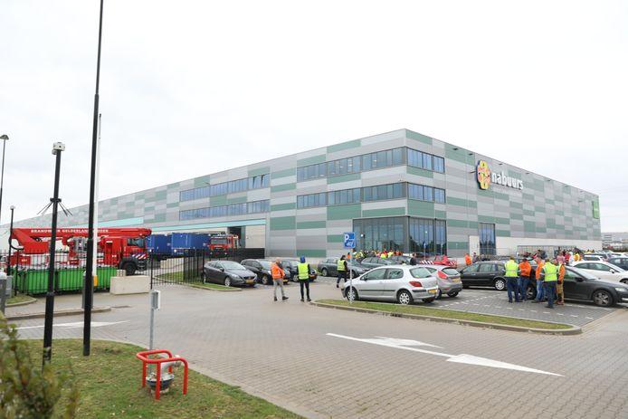 De brandweer bij het distributiecentrum in Oosterhout.