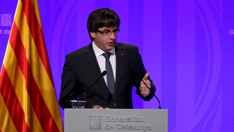 De Catalaanse president Carles Puigdemont geeft een persconferentie.
