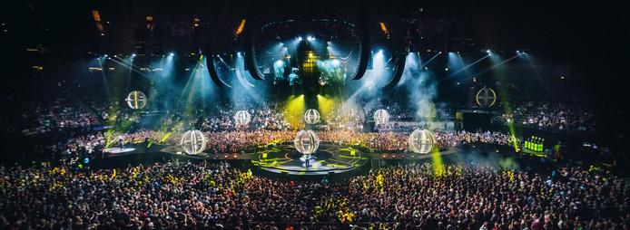Beelden uit de concertregistratie van de Drones World Tour van de Britse rockband Muse.