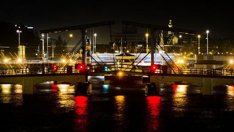 De Magere Brug over de Amsterdamse Amstel in het donker tijdens Earth Hour. Beeld anp