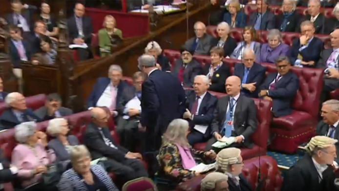 Bates beende de zaal uit en liet zijn collega's in verwarring achter