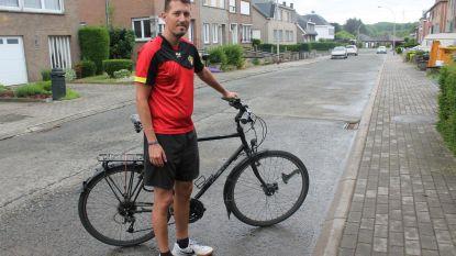 Superfan Maarten fietst Duivels achterna