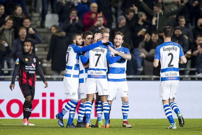 Furdjel Narsingh viert zijn doelpunt met zijn teamgenoten.
